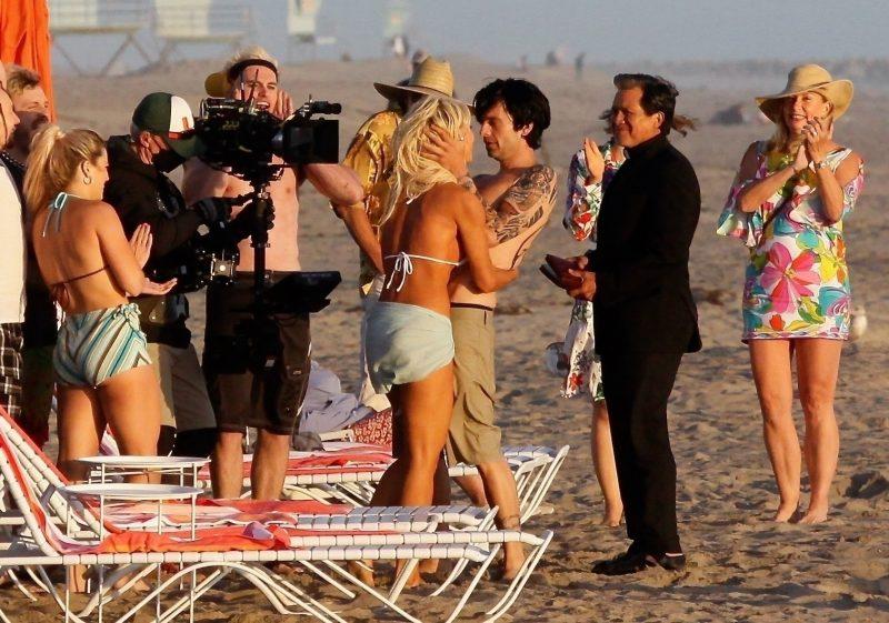 Pam and Tommy sarjassa kuvataan kuuluisaa hääkohtausta Pamela Anderson ja Tommy Lee