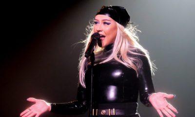 Christina Aguilera valmistautuu keikkaan pelkät hiukset rintojensa peittona
