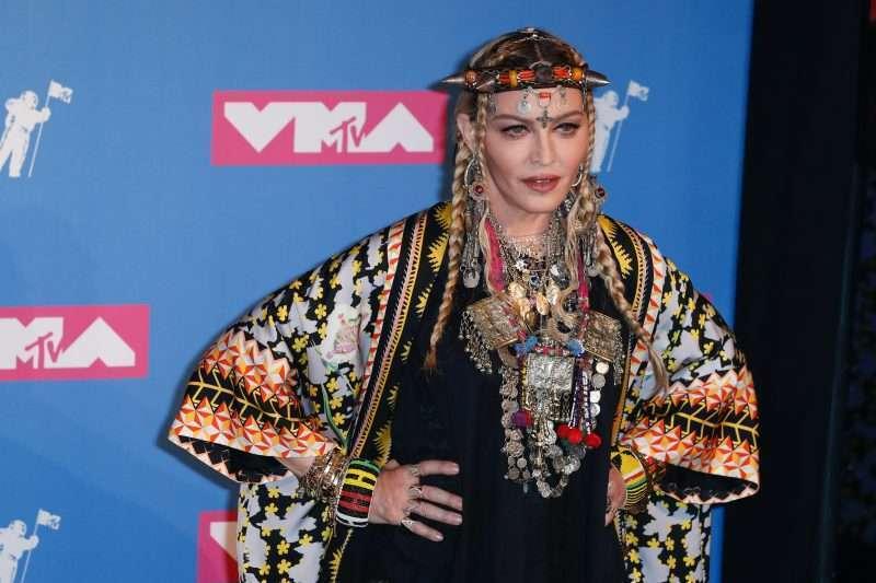Madonna esittelee pakaransa ja rintansa tiukassa lateksiasussa ja verkkosukkiksissa - ikääntyykö tämä nainen ollenkaan?