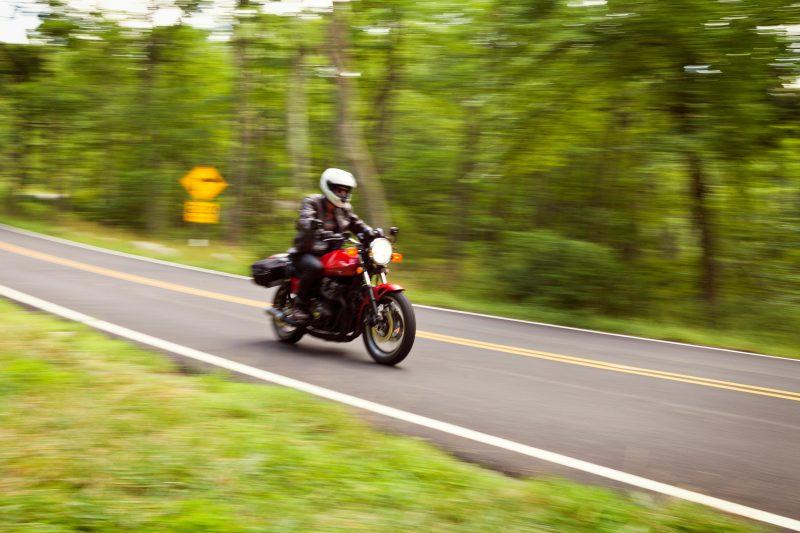 Tällä moottoripyöräilijällä oli mukanaan kummallinen kumppani: hieraiset takuulla silmiäsi!