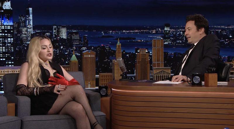 Madonna makoili pöydällä kesken tv-haastattelun - juontaja jäi sanattomaksi