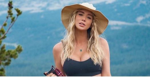 Sara Underwood fiilistelee elämää metsän keskellä - rentoa elämää ilman rintaliivejä